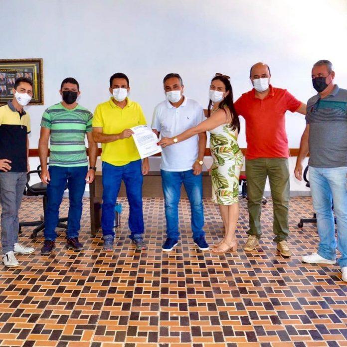 Rio de Contas/BA: Prefeito entrega ao legislativo projeto de lei que regulamenta o piso salarial dos professores